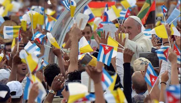 El-Papa-Francisco-en-la-Plaza-de-la-Revolución-rodeado-del-pueblo-cubano.1