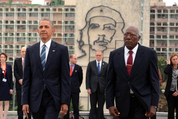 El presidente norteamericano Barack Obama, acompañado de Salvador Valdes Mesa (D), vicepresidente cubano del Consejo de Estado, en la ceremonia de homenaje a José Martí, en el Memorial al Héroe Nacional de Cuba, en La Habana, el 21 de marzo de 2016.  ACN FOTO/Rodolfo BLANCO CUE/sdl